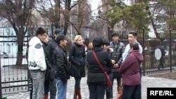 Студенттер мен олардың ата-аналары облыстық полицияның алдында жиналып, Қытайдағы жанжалды әңгімені талқылауда. Талдықорған, 25 наурыз 2009 ж.