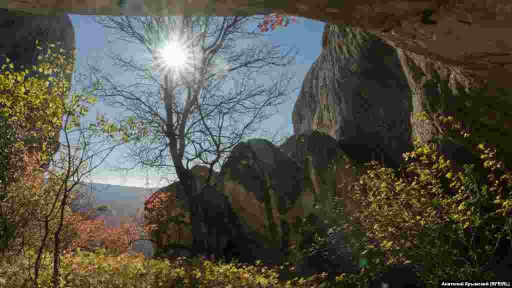 В грот под Уч-Кая заглянуло лучезарное солнце