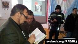 Аўтар Валер Каліноўскі раздае аўтографы, 20 студзеня 2013 году