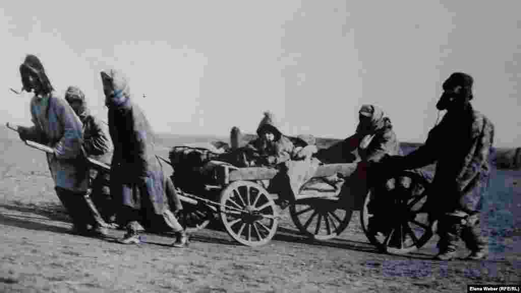 На выставке представлено более 40 репродукций на тему Голодомора, кочующего населения, коллективизации. Оригиналы хранятся в Доме-музее Багаева в Павлодаре и в архиве фото-и кинохроники города Алматы.