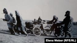 Одно из документальных фото о казахах 30-х годов ХХ века. Автор Дмитрий Багаев. Фото с экспозиции музея.