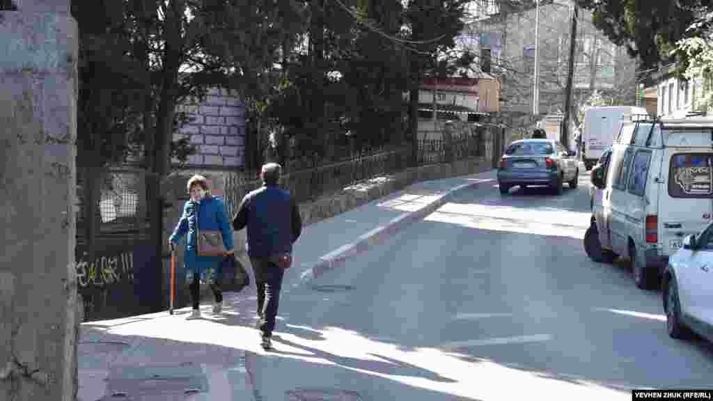 Тротуари вузькі: комусь із пішоходів доводиться виходити на проїжджу частину, щоб розминутися