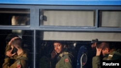 Ushtarët izraelitë duke pritur largimin nga vendi i ngjarjes, ku nga sulmi me kamion, humbën jetën 4 persona.