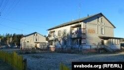 Катэджы для вяскоўцаў з Чарнобыльскай зоны. На сьцяне надпіс: пазначаны горад, будаўнікі зь якога ўзводзілі дом
