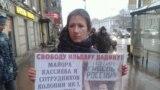 Rus aktiwisti Ildar Dadini goldaýan protestçi, Sankt-peterburg, 20-nji noýabr, 2016.