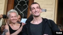 Петр Павленский на выходе из зала суда