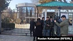 Журналисты у здания представительства правительства в Джалал-Абадской области. 14 февраля 2020 года.