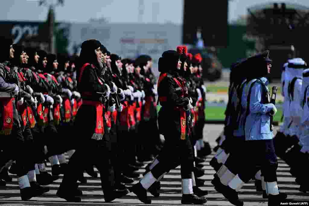 Ushtaret marshojnë gjatë paradës ushtarake, të organizuar në Islamabad për të shënuar Ditën Kombëtare të Pakistanit. (AFP/Aamir Qureshi)