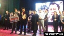 Участники фестиваля «Жайдарман» памяти журналиста Рахата Мамырбека на вручении специального приза. Семей, 9 декабря 2018 года.
