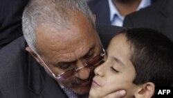 Президент Йемена Али Абдалла Салех целует мальчика, учавствовавшего в митинге его сторонников