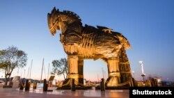 Одна з туристичних цікавинок Туреччини: дерев'яна скульптура троянського коня, яку використовували у фільмі «Троя». Місто Чанаккале, Туреччина