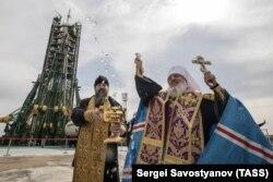 Православный священник благословляет старт космического аппарата «Союз-МС-08» на космодроме Байконур. 20 марта 2018 года