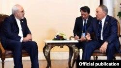 Қазақстан президенті Нұрсұлтан Назарбаев Иран сыртқы істер министрі Мохаммад Жавад Зарифпен кездесіп отыр. Астана, 9 маусым 2017 жыл.