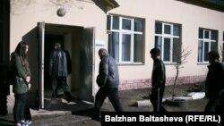 У избирательного участка № 206. Алматы, 20 марта 2016 года.