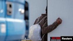Мігрант заглядає у вантажівку при спробі нелегально потрапити в Британію, французький порт Кале, червень 2015 року