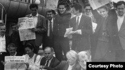 Dio ratne redakcije Oslobođenja obilježava 50. godišnjicu lista na prvoj liniji odbrane Sarajeva 30. avgusta 1993. (Foto iz arhive Kemala Kurspahića)