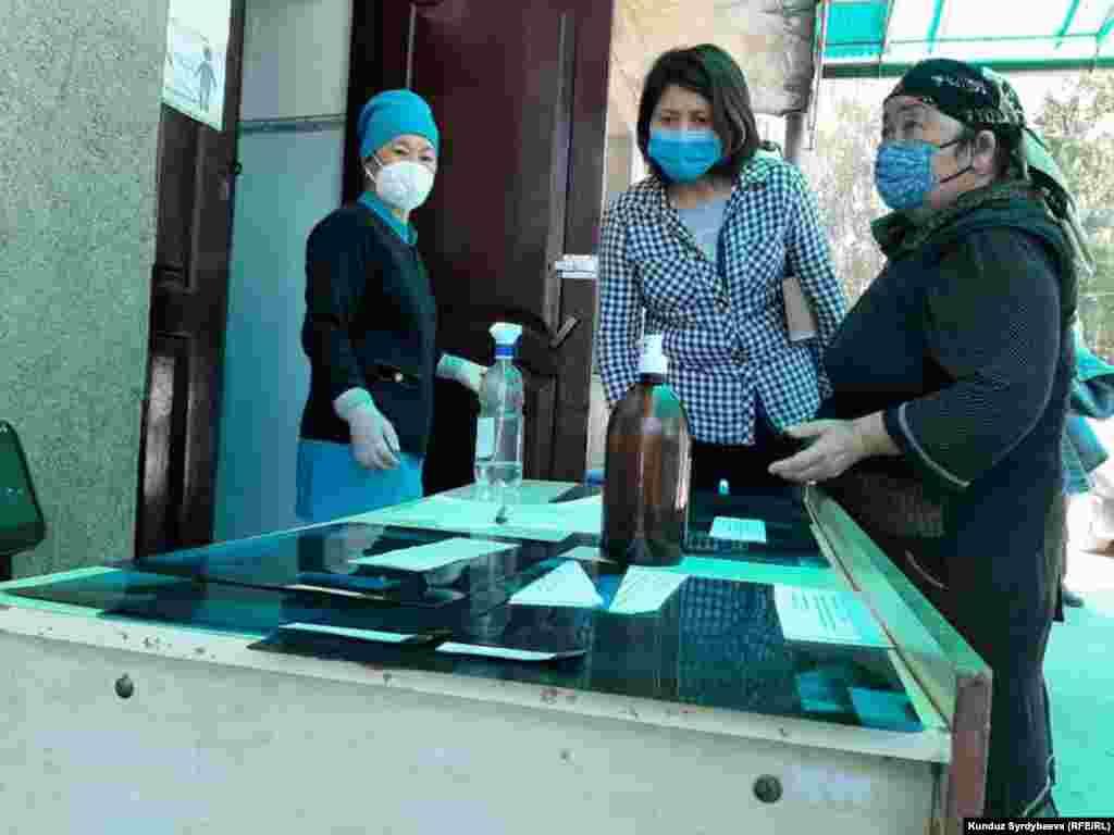 Каракол шаарында оорукананын астында рентгендин жыйынтыктарын карап жаткан аялдар.