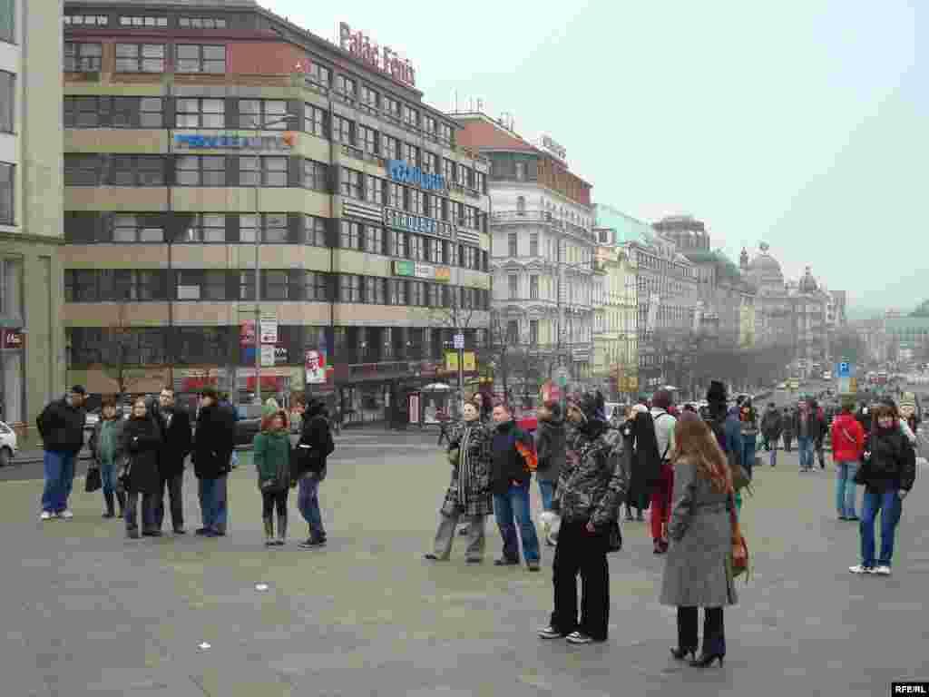 Вацлавская площадь - излюбленное место туристов - Прохожие и туристы наблюдают за митингом протеста казахских беженцев.