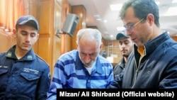 Мохаммад Реза Салас (ортада) сот залында. Тегеран, 12 наурыз 2018 жыл.