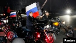 "2011 елда Новороссийскида ""Төнге бүреләр""гә ул чактагы премьер-министр Владимир Путин да кушылган иде"