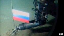 Установка флага России на дне океана. Кадр сюжета российского телеканала НТВ.