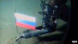 Un mini-submarin plasînd un steag al Rusiei la Polul nord în 2007