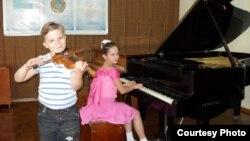 Қазақстандағы музыка мектептерінің біріндегі оқушылар. (Көрнекі сурет)