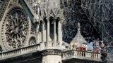 Pamje të katedrales pasi është dëmtuar.