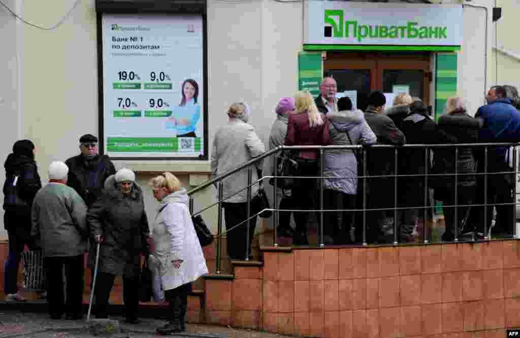 """Очередь клиентов украинского """"Приватбанка"""", который прекратил свою работу в Крыму"""
