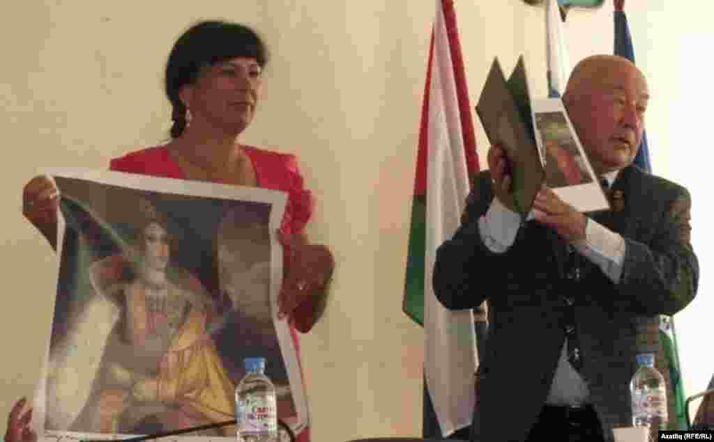 Казакъстанның танылган рәссамы Камил Муллашев оештыручыларга бүләк бирә