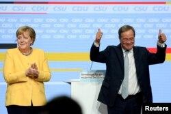 Prim-ministrul Renaniei de Nord-Westfalia și candidat pentru postul de cancelar, Armin Laschet este surprins în această fotografie alături de Angela Merkel, înaintea alegerilor federale, la Tempodrom, în Berlin, Germania, 21 august 2021.