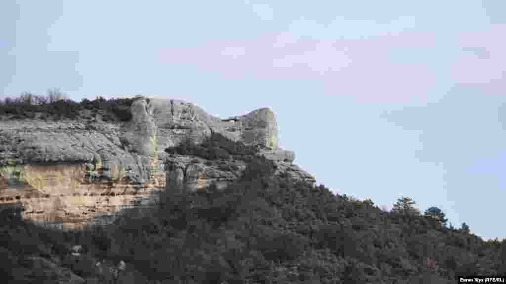 Гора Трапа за східною околицею села