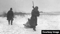 Казахские беженцы, предположительно 1932 год. Фото из Центрального государственного архива кинофотодокументов и звукозаписей Республики Казахстан.