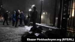 Протест в ответ на обстрел. Возле посольства России в Киеве собрались люди (фоторепортаж)