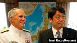 ایتسونوری اونودرا، وزیر دفاع ژاپن (راست) و فیلیپ سایر فرمانده ناوگان هفتم آمریکا
