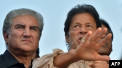 Pakistan -- Pakistani Tehreek-i-Insaf (PTI) leader Imran Khan (R) addresses supporters outside his residence in Islamabad, November 1, 2016