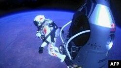 Австрийский пилот Феликс Баумгартнер начинает прыжок с парашютом из космоса с высоты 39 километров со скоростью 1135 километров в час до открывания своего парашюта. 14 октября 2012 года.
