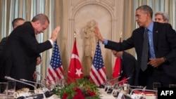 ABŞ-nyň prezidenti Barak Obama (s) we Türkiýäniň prezidenti Rejep Taýyp Erdogan (ç)