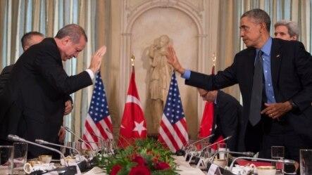 Predsjednik SAD Barak Obama (D) pozdravlja turskog predsjednika Redžepa Tajipa Erdogana prije sastanka u američkoj misiji u Parizu.