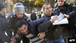 Arxiv foto. Bakıda demokratiya tələb edən müxalifət fəalları saxlanarkən. 10 dekabr 2012