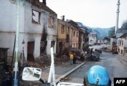 Srebrenica, văzută dintr-o mașină blindată a ONU, în aprilie 1993.