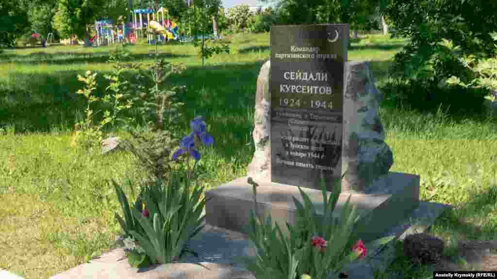 Мемориальные плиты в честь земляков, героев Второй мировой войны, перед входом в парк