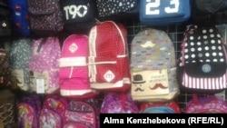 Рюкзаки, выставленные на продажу на алматинском рынке. 7 августа 2016 года.