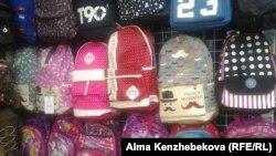 Алматы базарында сатылып жатқан рюкзактар. 7 тамыз 2016 жыл.