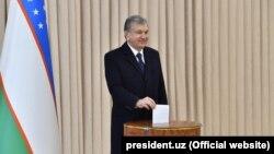 Президент Шавкат Мирзиёев парламенттик шайлоодо добуш берүүдө. 22-декабрь, 2019-жыл.