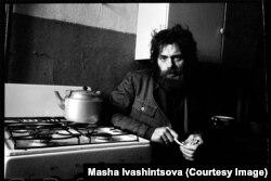 Поэт Виктор Кривулин на кухне ленинградской квартиры. 1978 год.