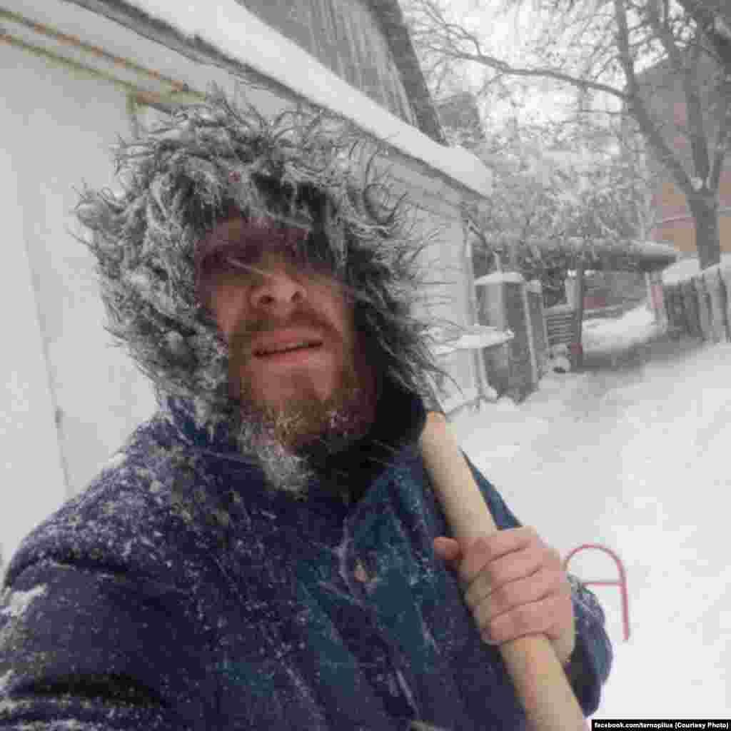Жителі Тернополя таки не опускають руки. «Погодні викрутаси» сприйняли як перевірку громади міста, влаштувавши флешмоб #ПрибериСвійДвір
