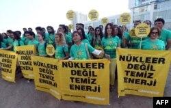 """Демонстрация """"Гринпис"""" в Анкаре против строительства АЭС. """"Не атомная, но чистая энергия"""". 24 июля 2014 г."""