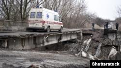 «Скорая» едет через разрушенный мост в Луганской области. Март 2015 года ©Shutterstock