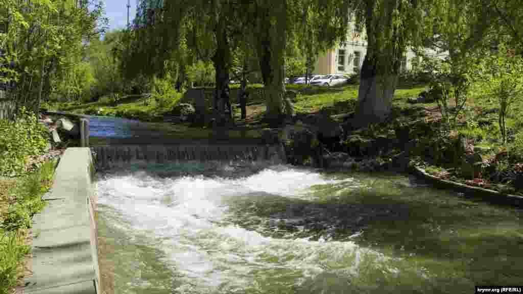 В Симферополе река Салгир, которая в течение нескольких последних лет практически пересохла, вновь стала полноводно, апрельский снег наполнил реку, 28 апреля 2017 года